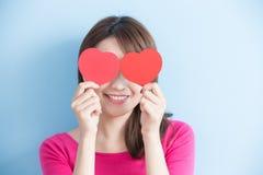 Femme tenant les coeurs rouges d'amour Images stock