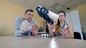 Femme tenant les serviettes de papier de saisie de bras bionique