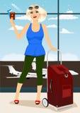 Femme tenant son passeport et billets dans un aeroport Photo libre de droits