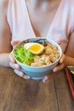 Femme tenant un aliment japonais Photo stock