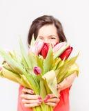 Femme tenant un bouquet des tulipes Photos stock