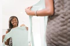 Femme tenant un chandail image stock