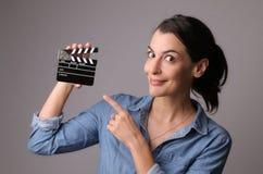 Femme tenant un clapet de film Photos stock