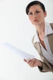 Femme tenant un document photos libres de droits