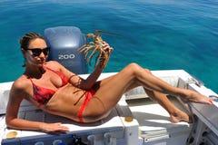 Femme tenant un homard photos stock