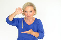 Femme tenant un pendule au-dessus de sa main images stock