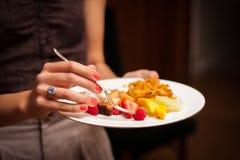 Femme tenant un plat de dessert Photos libres de droits