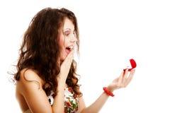 Femme tenant un présent avec la bague de fiançailles photographie stock libre de droits