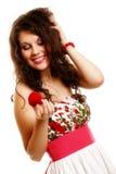 Femme tenant un présent avec la bague de fiançailles Photo stock