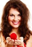 Femme tenant un présent avec la bague de fiançailles Images stock
