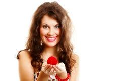 Femme tenant un présent avec la bague de fiançailles Photographie stock