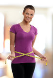 Femme tenant une bande de meassure autour de sa taille Images stock