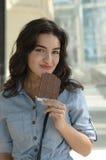 Femme tenant une barre de chocolat photographie stock