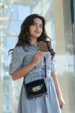 Femme tenant une barre de chocolat photos stock