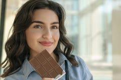Femme tenant une barre de chocolat photographie stock libre de droits
