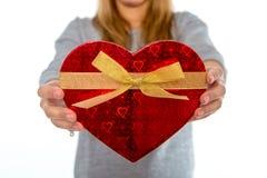 Femme tenant une boîte de coeur d'amour sur le fond blanc Photos libres de droits