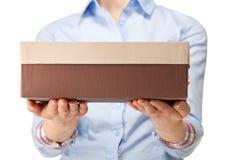 Femme tenant une boîte en carton photos stock