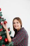 Femme tenant une boule de l'arbre de Noël Photos stock