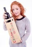 Femme tenant une bouteille de vin Photographie stock