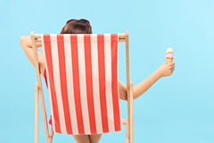 Femme tenant une crème glacée  Images stock