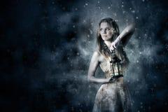 Femme tenant une lanterne de bougie Images stock
