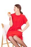 Femme tenant une pomme se reposant sur une chaise photos libres de droits