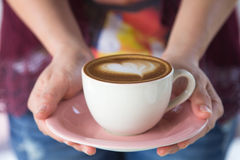Femme tenant une tasse de café Images libres de droits