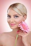 Femme tendre avec la fleur rose photographie stock