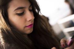 Femme texting image libre de droits