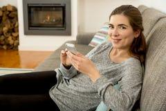 Femme texting photo libre de droits