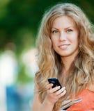 Femme texting sur le téléphone portable Photographie stock libre de droits