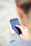 Femme texting sur un téléphone portable Images libres de droits