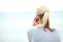 Femme texting sur un téléphone portable Photos stock
