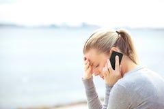 Femme texting sur un téléphone portable Photographie stock libre de droits