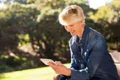 Femme textotant le téléphone intelligent Photos stock