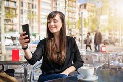 Femme textotant ses amis Images libres de droits
