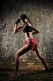 femme thaï de pratique muay de boxe asiatique photo stock