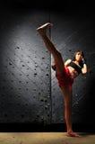 femme thaï de pratique muay de boxe asiatique photographie stock libre de droits
