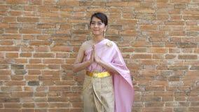 Femme thaïlandaise dans la robe traditionnelle thaïlandaise dans archéologique clips vidéos