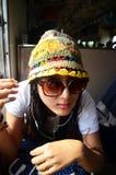 Femme thaïlandaise de voyageur sur le train ferroviaire chez la Thaïlande Photographie stock libre de droits