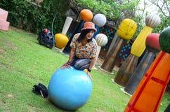Femme thaïlandaise jouant dans le terrain de jeu coloré Photographie stock libre de droits