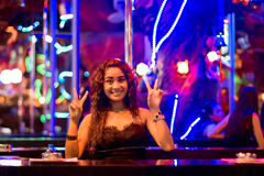 Femme thaïlandaise sur le bar dans la boîte de nuit de Patong Images libres de droits