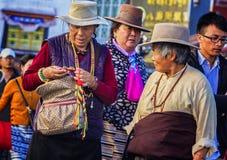Femme tibétaine utilisant un chapeau Photographie stock libre de droits