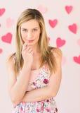 Femme timide avec les papiers en forme de coeur sur le fond coloré Image libre de droits
