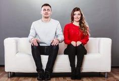 Femme timide et homme s'asseyant sur le sofa Première date Photo stock