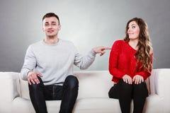 Femme timide et homme s'asseyant sur le sofa Première date Photo libre de droits