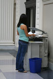 Femme tirant des copies de photo Photo libre de droits