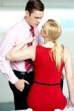 Femme tirant l'homme de sa relation étroite. Se sentir vilain Photo libre de droits