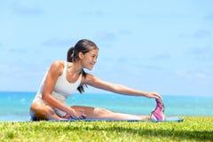 Femme étirant la forme physique de formation d'exercice de jambes Photos libres de droits