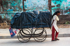 Femme tirant le chariot, Inde Images stock